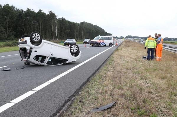 Auto slaat over de kop op A7