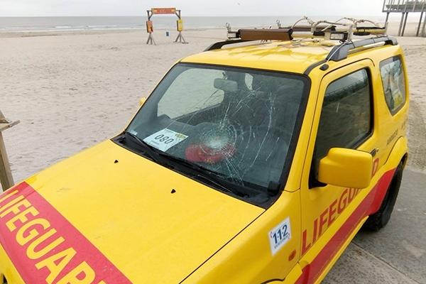 Lifeguard auto zwaarbeschadigd op Ameland