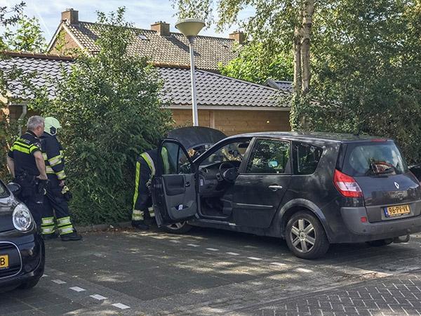 Brandweer in actie voor smeulende auto