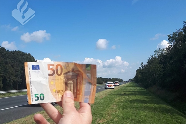 Tientallen bankbiljetten van 50 euro op A7