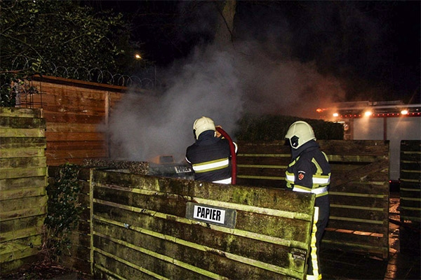 Papiercontainer in brand gestoken in Drachten