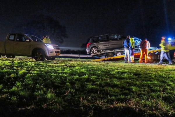 Autotrailer schiet los van auto op N31