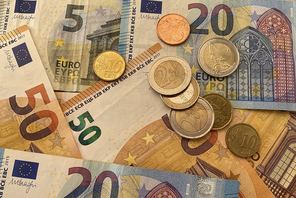Openen bankrekening voor geld kost naïef meisje rug