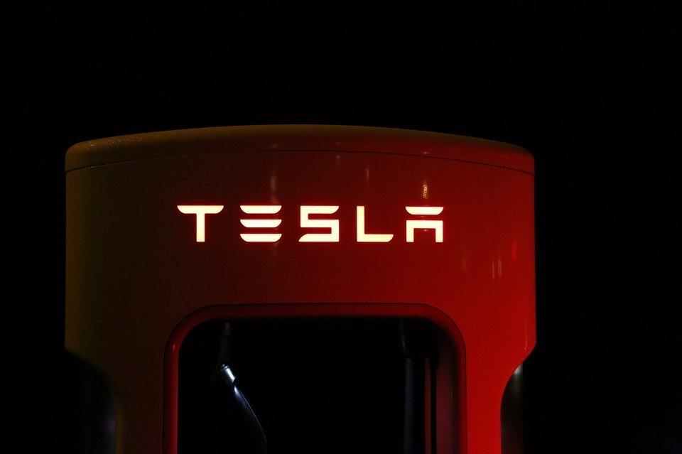 Achtkarspelen vindt Tesla's voor directie Caparis ongepast
